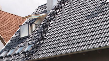 Systém pohybu po streche k betónovým  škridlám